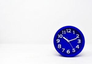 時間を早く感じる方法は青い色を使う