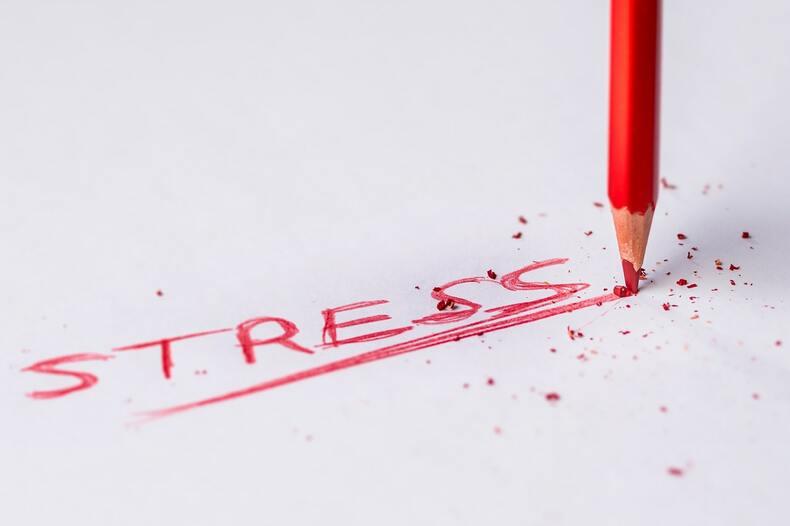 仕事が終わらないストレスは大きい